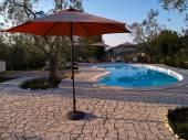 Yüzme havuzu ile modern arka bahçe — Stok fotoğraf