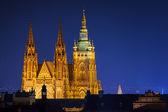 Panorama hradčan s pražským hradem během soumraku — Stock fotografie