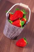 バケツの中のイチゴ — ストック写真