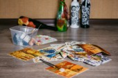 Guardanapos de decoupage, deitado sobre o chão .bottles — Fotografia Stock