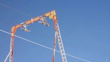 Dragging ski lift . blue sky. bugel — Stock Video