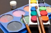 Brushes and colored paint artist on gray background — Stock Photo