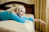 Donna bionda rilassante a casa — Foto Stock