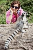 Ring-tailed lemur and young caucasian woman — Stok fotoğraf
