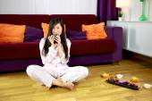 Asiatisches Mädchen entspannt durch das trinken ein Kräutertee — Stockfoto