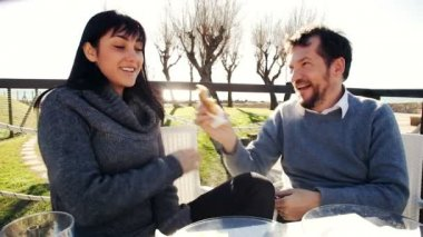 Couple eating outdoors — Stock Video