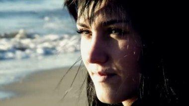 Młoda kobieta na plaży — Wideo stockowe