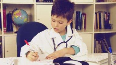 Child writing medicine prescription — Stock Video