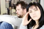Przygnębiony człowiek nie patrzy na żonę po walce — Zdjęcie stockowe