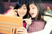 Девочек удивил чтения социальной сети на планшете — Стоковое фото