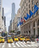 Traffic on 5th Avenue — Stock Photo