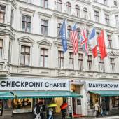 BERLIN, GERMANY - SEPTEMBER 20:   Checkpoint Charlie on September 20, 2013 in Berlin, Germany. It's the best-known Berlin Wall crossing point between East and West Berlin during the Cold War. — Stock Photo
