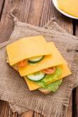 Sandwich de cheddar sur bois — Photo