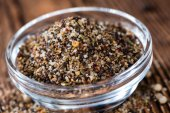Small bowl with crushed Peppercorns — Stock Photo