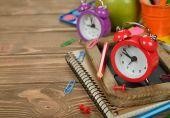 红色的闹钟和办公用品 — 图库照片