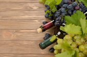 Wine and white grapes — Stock Photo