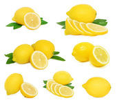 Set whole and sliced lemons with green leaves (isolated) — Stock Photo
