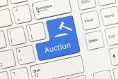White conceptual keyboard - Auction (blue key) — Foto Stock