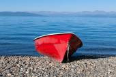Fishing boat on the lake — Stock Photo