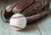 Old and worn used leather baseball sport glove over aged — Foto de Stock