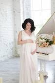 Retrato da mulher grávida jovem — Fotografia Stock