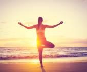 Yoga woman at sunset — Stock Photo