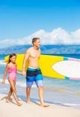 Father and Duagher on the Beach Going Surfing — Stockfoto