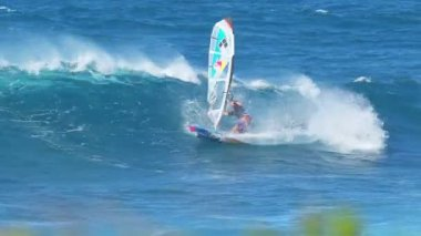 MAUI, HI - February 1: Professional windsurfer Levi Siver rides a wave at Ho'okipa Beach. Strong wind and large waves made for extreme windsurfing and big airs. February 1, 2012 in Maui, HI. — Vídeo de Stock