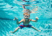 Young Boy Diving Underwater in Swimming Pool — 图库照片