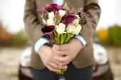 Lo sposo con un bouquet — Foto Stock