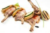 жареные телячьи рёбрышки с овощами — Стоковое фото