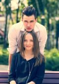 Giovane coppia in parco — Foto Stock
