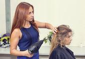 Kobieta w salonie piękności — Zdjęcie stockowe