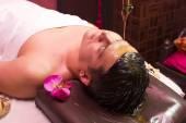 Mann in der Ayurveda-Spa-Behandlung — Stockfoto