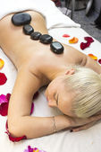 Girl on procedure Balinese massage — Стоковое фото