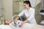 Kobieta w klinice lipomassage — Zdjęcie stockowe
