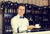 Barman au bar discothèque — Photo