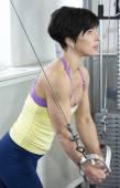 Culturista ejercicio en gimnasio — Foto de Stock