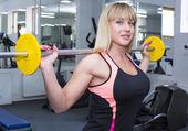 Kobieta, ćwiczenia w siłowni — Zdjęcie stockowe