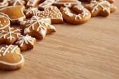 Hausgemachte weihnachtsplätzchen auf holztisch — Stockfoto