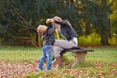 Ragazzino e madre che giocano insieme — Foto Stock
