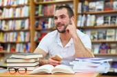 Young man in the library — Stockfoto