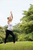Zwangere vrouw moeder buik ontspannen park yoga meditatie — Stockfoto