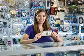 Majitel obchodu šťastné ženské počítač ukazuje první dolar vydělat — Stock fotografie