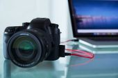 DSLR Photo Camera Tethered To Laptop Computer With USB Cable — Stock Photo