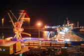 Night at the port of loading. — Photo