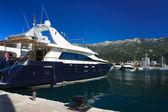 ブドヴァ、モンテネグロのポートに美しい青いヨット — ストック写真