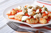 Potato gnocchi with tomato sauce and mozzarella closeup — Stock Photo