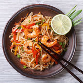 Delicious rice noodles with shrimp and vegetables  top view — Stock Photo