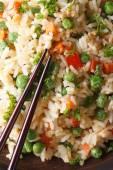 Gebakken rijst met ei, erwten, wortelen macro verticale bovenaanzicht — Stockfoto